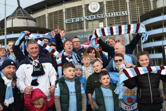 La joie des supporteurs de Manchester City devant leur stade, dimanche 15 avril.