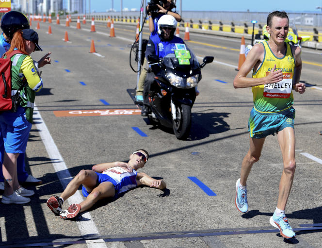 Michael Shelley dépasse Callum Hawkins lors du marathon des Jeux du Commonwealth, à environ deux kilomètres de la ligne d'arrivée.