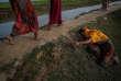 Une jeune rohingya est tombée d'épuisement sur le chemin d'un camp de réfugiés au Bangladesh.