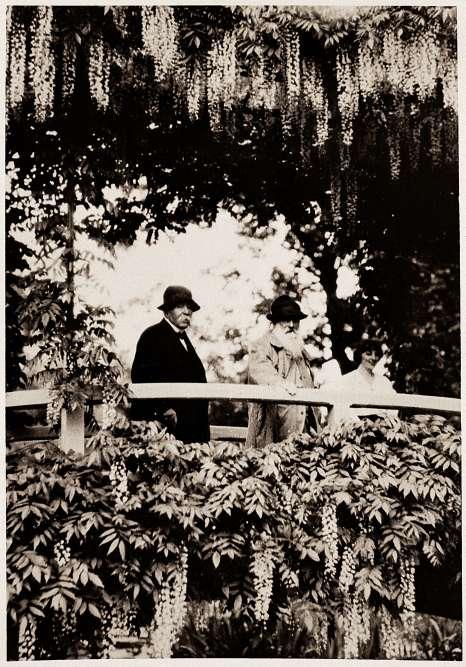 Clemenceau partagea avec Monet une longue amitié, ainsi que l'amour des jardins. Ils ont été photographiés ici en 1921, sous la glycine en fleurs.