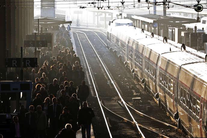 Des usagers à la gare de Lyon, à Paris, le 25 octobre 2012.