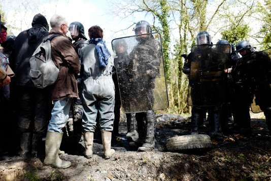 Face à face entre manifestants (masqués ou à visage découvert) et des gendarmes mobiles, le 15 avril 2018.