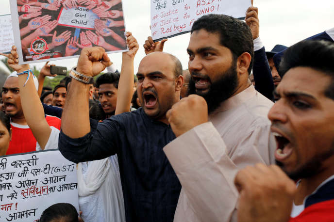 Manifestation pour dénoncer le viol et l'assassinat de la fillette musulmane de 8 ans, à Bombay, le 15 avril.
