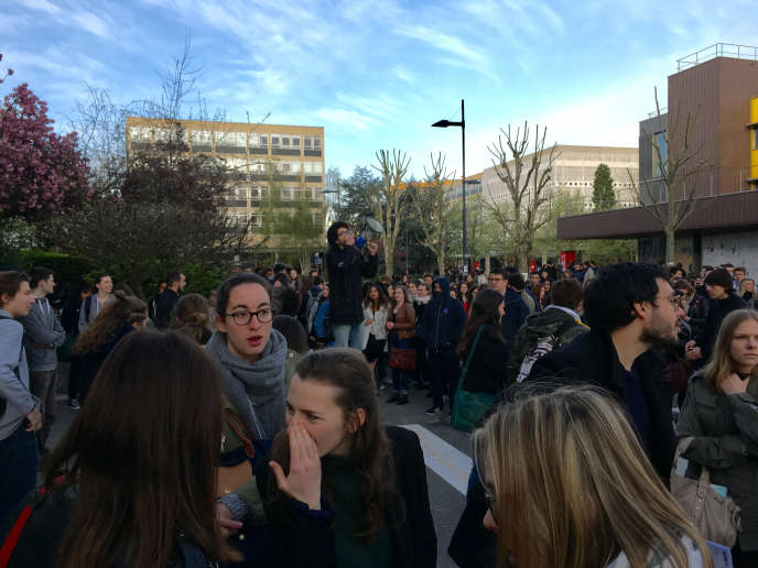 Au mégaphone, un étudiant explique pourquoi les opposants à la loi Vidal bloquent l'accès au bâtiment de droit et de sciences politiques, où devaient se tenir des partiels, lundi16 avril.
