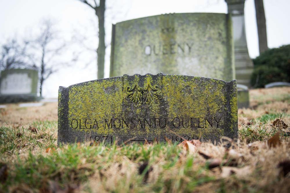Pierre tombale d'Olga Monsanto au cimetière de Bellefontaine Neighbors (Missouri). Cettedescendante d'un aristocrate espagnol épousa John Francis Queeny, le fondateur de la firme Monsanto Chemical Works en 1901.