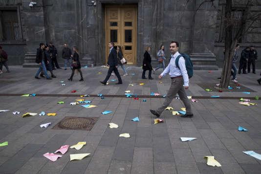 Lundi 16 avril, des manifestants ont jeté des avions en papier, référence au logo de Telegram, devant le siège des services de renseignement, à Moscou.