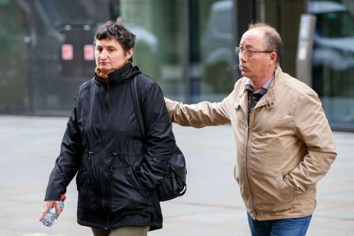Les parents de Sophie Lionnet arrivant au tribunal, lundi 16 avril.