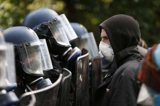 Face-à-face entre gendarmes etpartisans de la« zone à défendre», àNotre-Dame-des-Landes, le 15 avril.