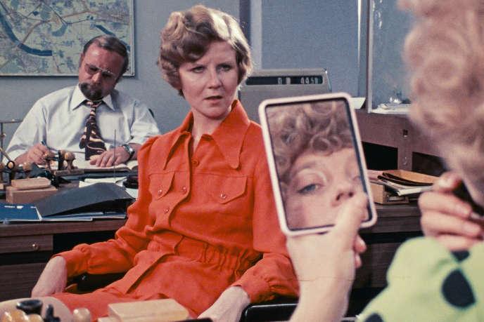 Irm Hermann et Hanna Schygulla (en reflet dans le miroir) dans «Huit heures ne font pas un jour», deRainer Werner Fassbinder.