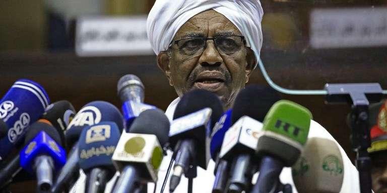 Le président soudanais, Omar Al-Bachir, s'adresse aux députés de la majorité, à Khartoum, le 2avril 2018.