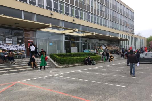 Un des bâtiments de l'université de Paris - Nanterre, bloqué, lundi 16 avril.