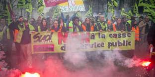 Manifestation de l'intersyndicale au premier jour de grève nationale des cheminots contre le projet de réforme de la SNCF. Entre Gare de l'Est et Gare Saint-Lazare à Paris, mardi 3 avril 2018
