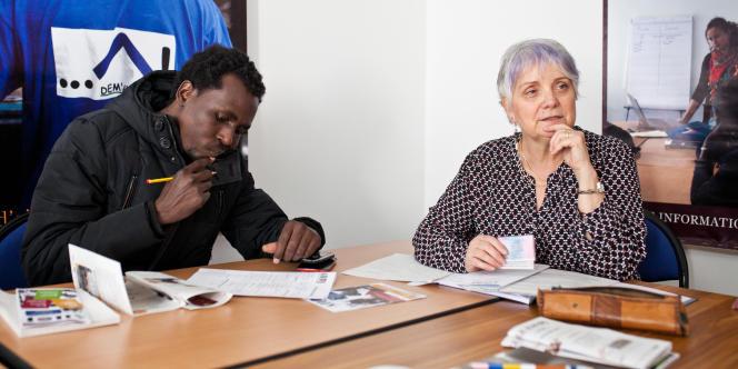 Alsadig rencontre Blanche Bousquet, responsable du pôle social de l'Association d'aide au logement des jeunes (Ailoj) à Lyon, le 1er février 2018.