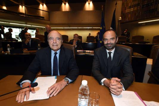Alain Juppé, ici avec le premier ministre Edouard Philippe à Bordeaux le 20 octobre 2017, fait partie des élus qui ont signé un contrat de maîtrise des dépenses locales.