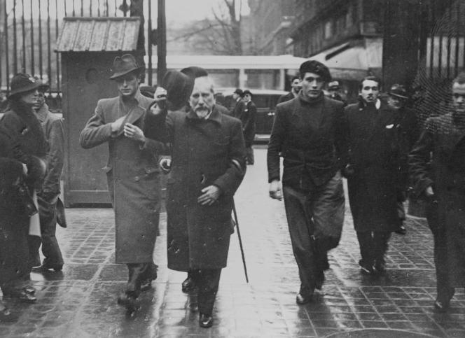 Charles Maurras avec ses gardes du corps, au Palais de justice de Paris à la suite de ses appels au meurtre de Léon Blum, en 1936.