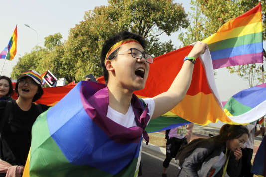 Un groupe LGBT manifeste pour leurs droits au marathon de Nankin, dimanche 15avril.