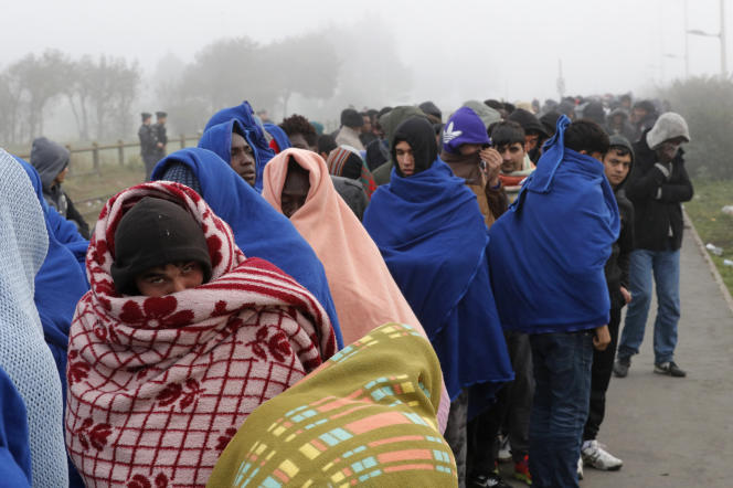 Des migrants en attente d'un transfert lors de l'évacuation de la jungle de Calais, le 26 octobre 2016.