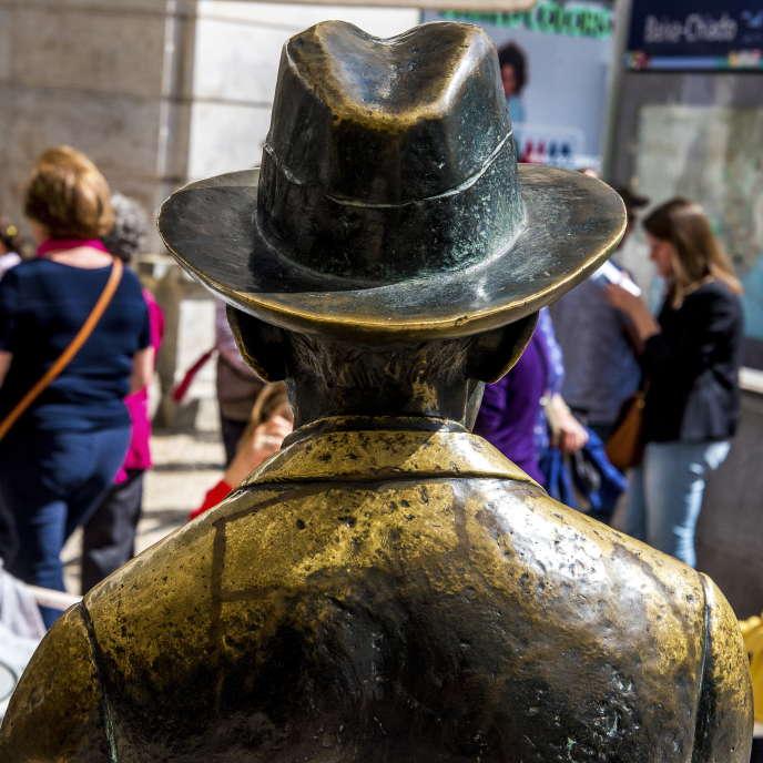La statue de Fernando Pessoa, signée Lagoa Henriques, devant le café A Brazileira, à Lisbonne.