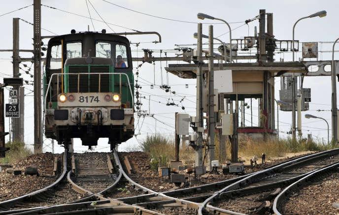 Vue prise le 22septembre 2009 d'une locomotive dans la gare de triage de Miramas (Bouches-du-Rhône), carrefour stratégique du transport ferroviaire dans le sud de la France.