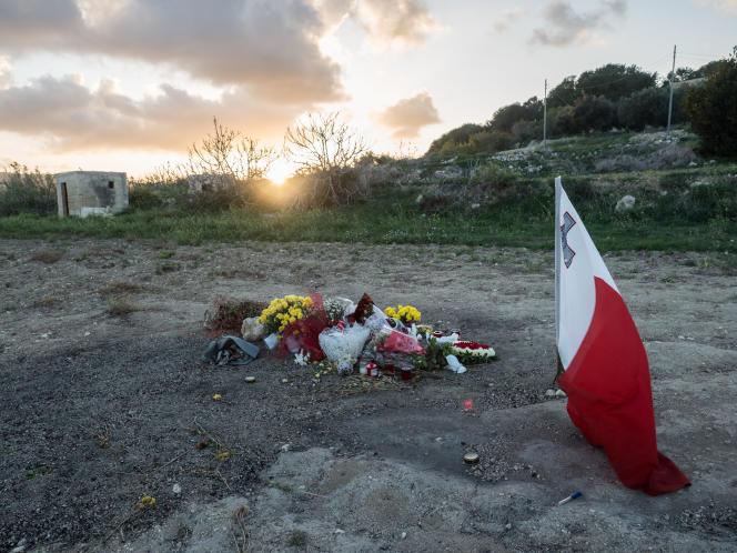 Mots et fleurs laissés par des anonymes sur les lieux où la voiture de Daphne Caruana Galizia a terminé sa course après avoir explosé, à Il-Bidnija, dans le nord de Malte.