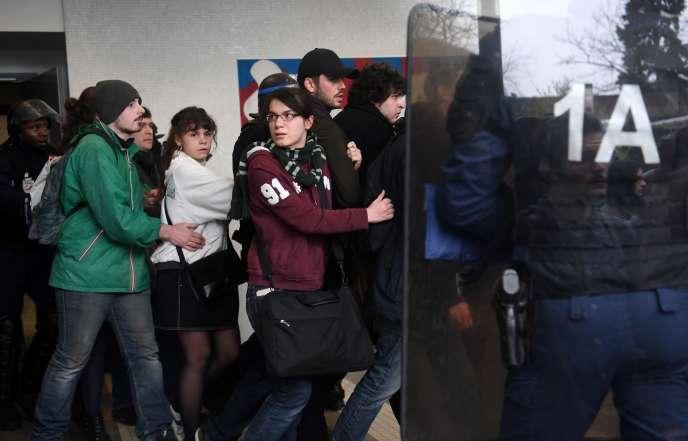 Evacuation d'étudiants par des CRS, lundi 9 avril à l'université de Nanterre.
