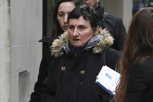 La mère de Sophie Lionnet arrive au tribunal de Londres, le 20 mars.