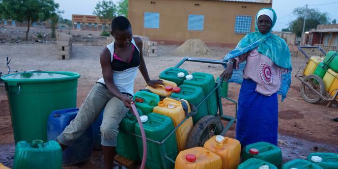Des femmes remplissent des bidons à une borne-fontaine du quartier de Zagtouli, en banlieue de Ouagadougou, le 12avril 2018.