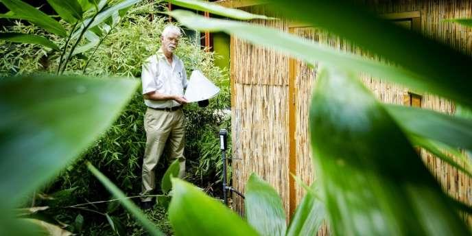 Willem Takken, chercheur à l'université de Wageningue, aux Pays-Bas, pose avec un piège à moustiques qui reproduit l'odeur corporelle humaine.