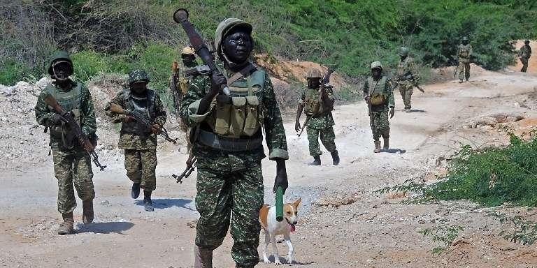 Des soldats ougandais de l'Amisom patrouillent dans le disctrict de Merka, en Somalie, en juillet 2016.