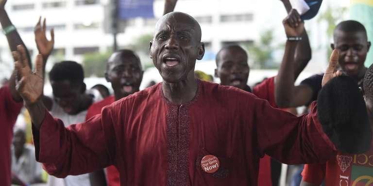 Le père d'une otage prie pour la libération des lycéennes de Chibok enlevées par Boko Haram, à Lagos, le 13avril 2018.