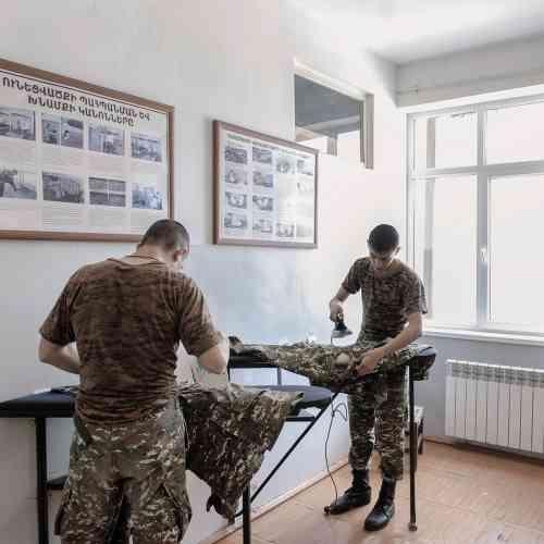 Les taches ménagères font aussi partie de la formation militaire.