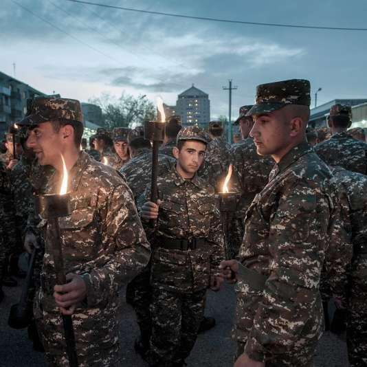 Un défilé nocturne de commémoration du génocide arménien de 1915.