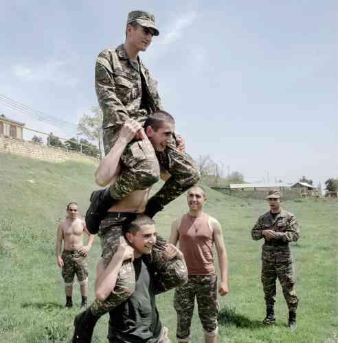 Moment de détente à l'académie militaire entre des élèves arméniens et d'autres, issus des minorités ethniques qui composent la société du Haut-Karabakh.
