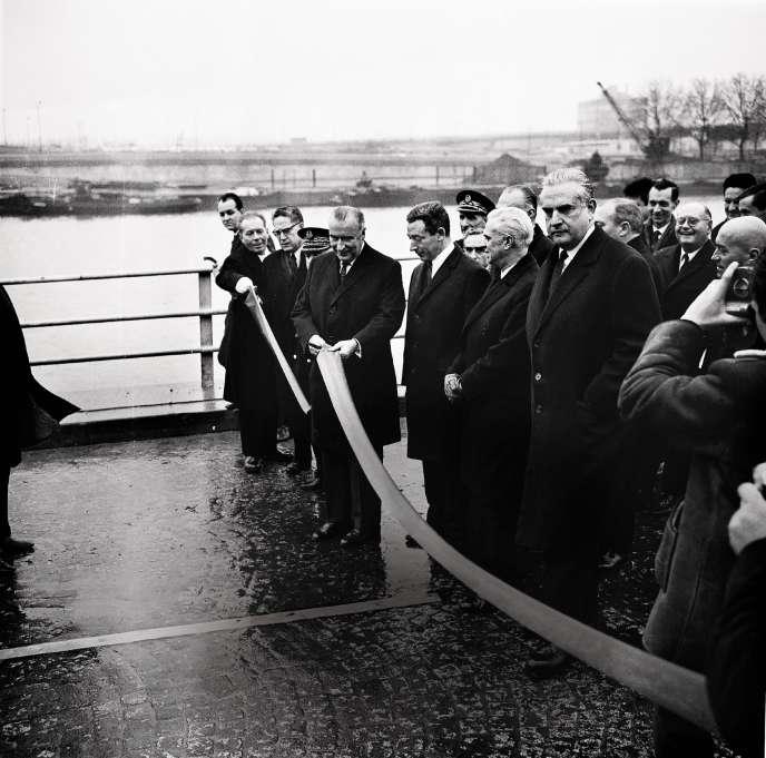 Georges Pompidou, alors premier ministre, inaugure la voie express sur la rive droite de la Seine, le 22décembre 1967.