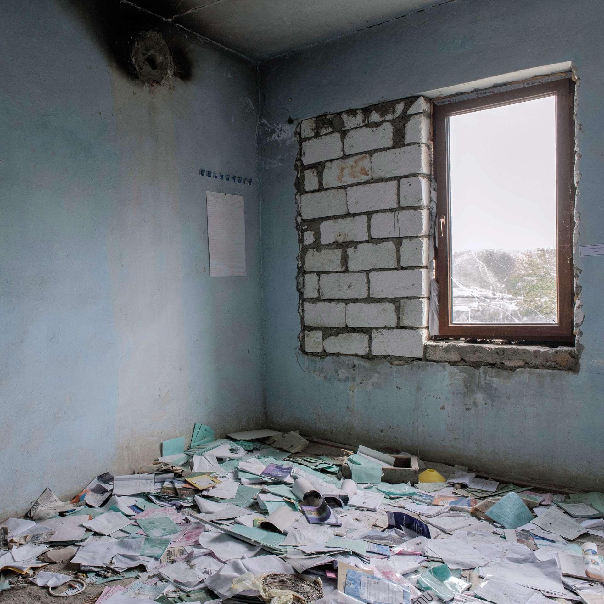 Une salle de classe détruite lors de combats en avril 2016.