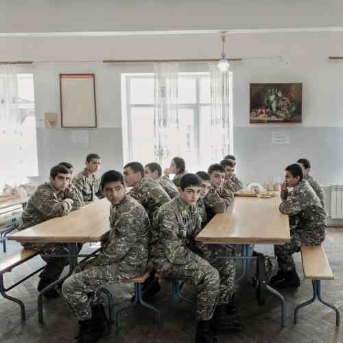 De jeunes soldats avant le déjeuner, dans le réfectoire de l'académie militaire de Stepanakert. Cette institution se substitue au lycée pour les garçons et les filles de 14 à 18 ans.