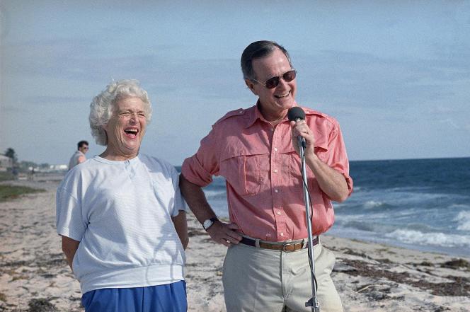 Barbara Bush et son mariGeorge H. W.Bush lors d'une conférence de presse à Gulf Stream, en Floride, le 14 novembre 1988.