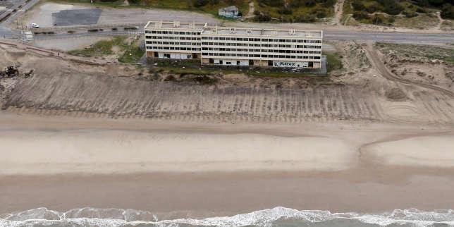 Vue aérienne de l'immeuble Le Signal, au bord du littoral, à marée basse, à Soulac-sur-Mer (Gironde), le 12 avril 2018.