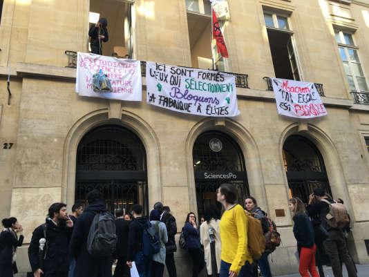 Une cinquantaine d'étudiants occupent, depuis mardi 17 avril au soir, le siège de SciencesPo, rue Saint-Guillaume, à Paris.