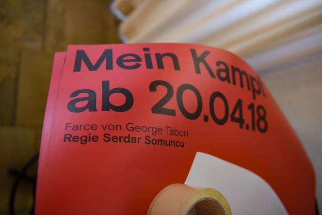 Une affiche de la pièce « Mein Kampf» au théatre de Constance, mardi 17 avril.