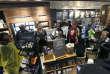 Des manifestants occupent le Starbucks de Philadelphie où l'arrestation a eu lieu, le 16 avril.