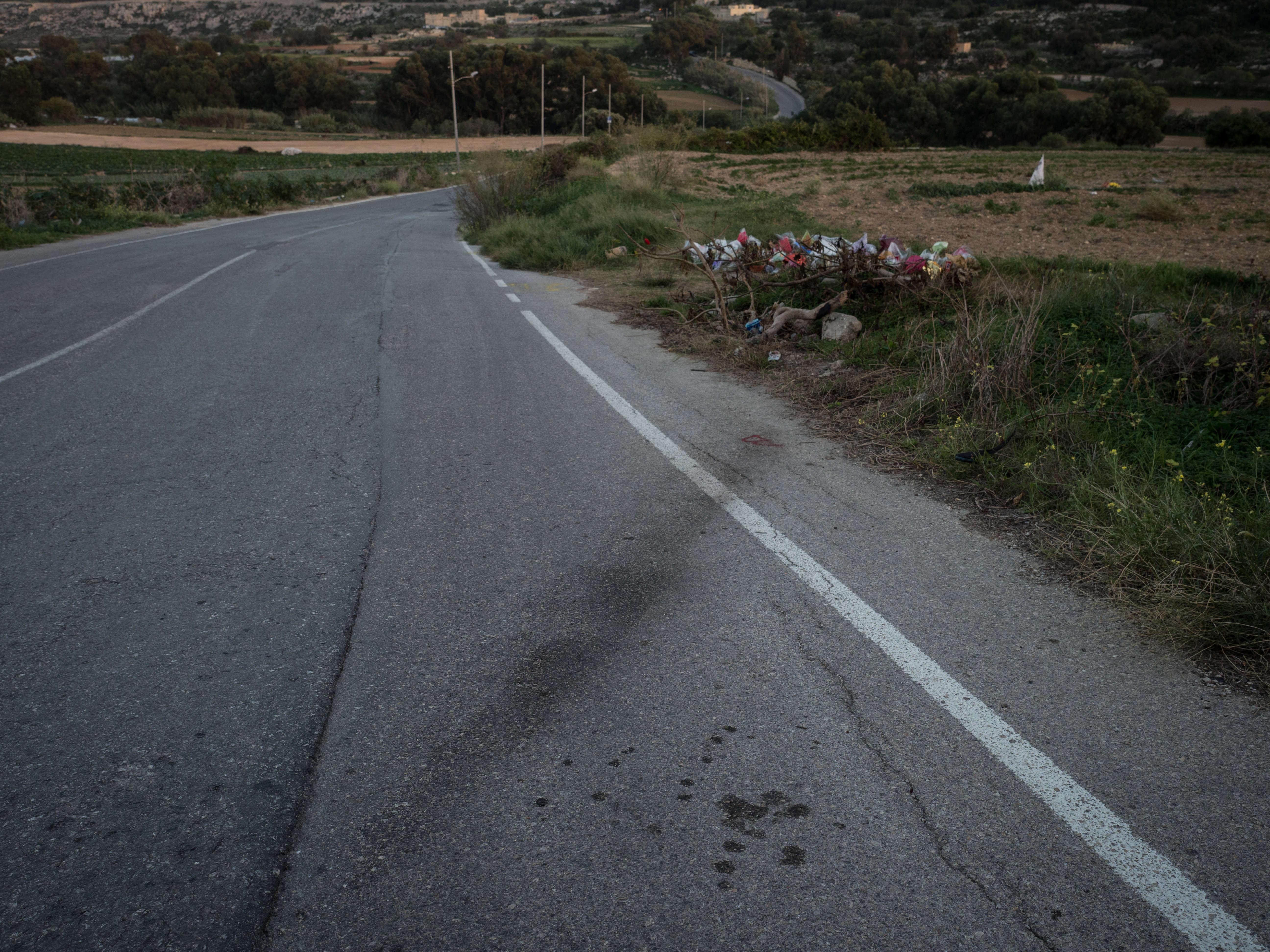 Les traces de pneu de la voiture de Daphne Caruana Galizia après l'explosion, à trois minutes de chez elle dans le nord de Malte. Une demi-heure avant de mourir, Daphne jette ces mots sur son site: «Les escrocs sont partout. La situation est désespérée.»