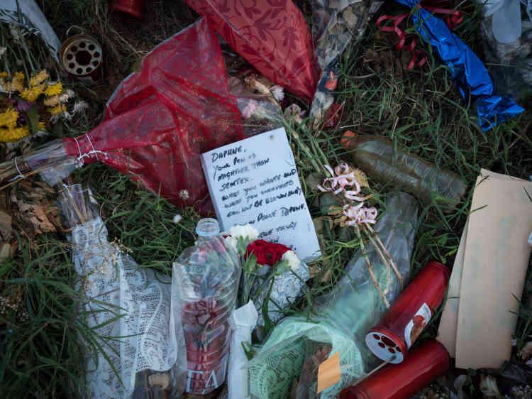 Des mots et des fleurs laissés par des anonymes sur les lieux où la voiture de Daphne Caruana Galizia a explosé.