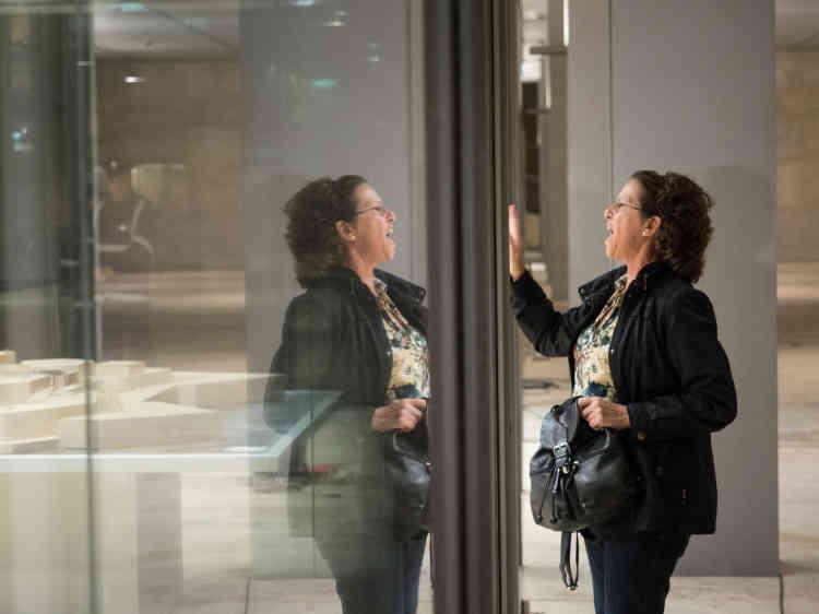 Une femme du mouvement Occupy Justice tape contre les vitres du Parlement maltais au passage de députés. Les manifestantes d'Occupy Justice réclament la démission du chef de la police et du procureur général qu'elles jugent incompétents pour résoudre l'affaire de l'homicide.