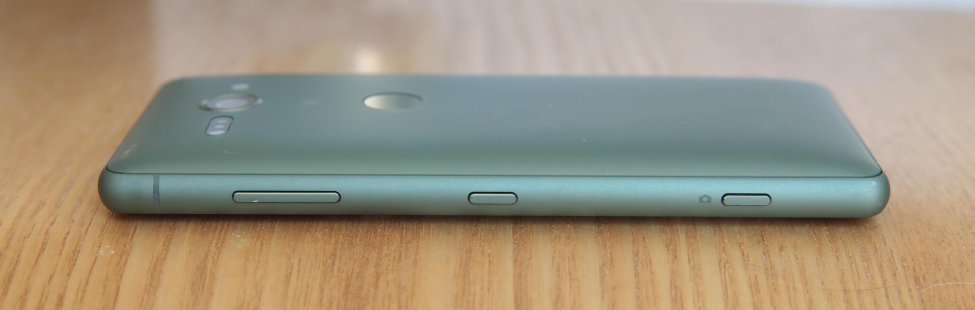 Le petit Sony est particulièrement épais et bombé, mais cela ne nuit pas à son confort en main, bien au contraire.