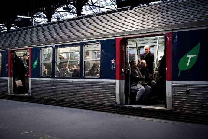Des usagers attendent le départ d'un train à la gare Saint-Lazare, à Paris, le 9 avril.