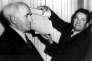 David Ben Gourion (à gauche) présente le document qui proclame l'Etat d'Israël, le 14 mai 1948,.