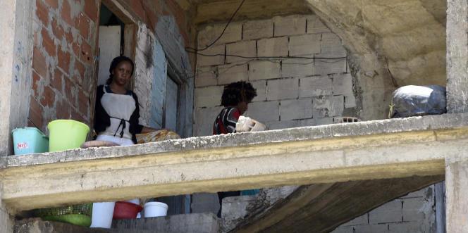 Des migrants subsahariens dans un immeuble inachevé et squatté, à Alger, en mai 2016.