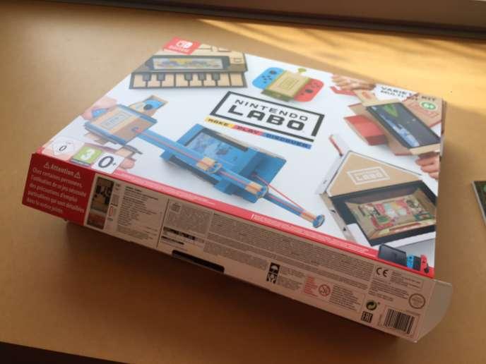 L'objet du crime : le multi-kit Nintendo Labo, permettant de construire gaiement moto, voiture télécommandée, maison et piano en carton. Parce que pourquoi pas.