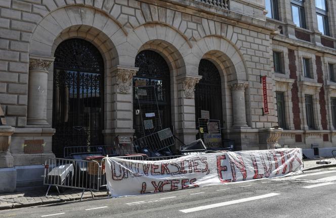 L'entrée de Sciences Po Lille est bloquée jeudi 19 avril, pour protester contre la loi instaurant Parcoursup.
